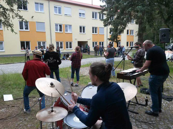 Konzert Bernau-Waldfrieden: Band & Publikum Foto 1
