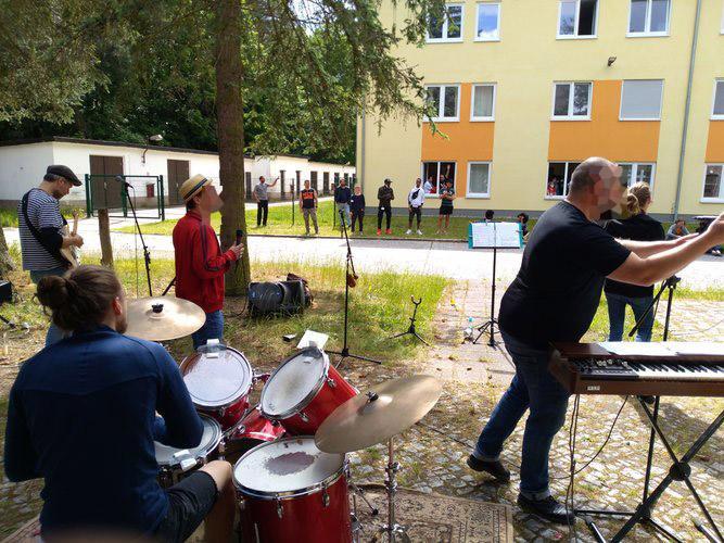 Konzert Bernau-Waldfrieden: Band & Publikum Foto 2